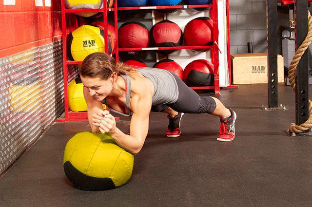 Тренировки с медболом дома, кроссфит дома, как тренироваться дома, тренировки дома, программы тренировок для дома, программа тренировок для дома, программа тренировок с медболом, тренировки с медболом, упражнения с медболом, упражнения с медболом для дома, упражнения для тренировок дома